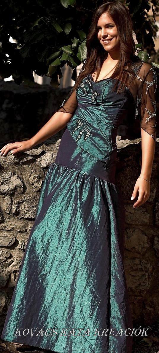 b2cf736ebf Színjátszós taft báli ruha raffolással és csipkemotívumokkal díszítve.  Hozzá gyöngyös hímzett csipkeboleró. Szép színes menyasszonyi ruhának is.