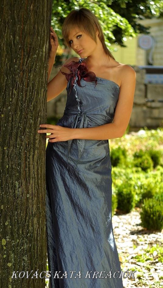 261ebf862f Látványos estélyi, vagy báli ruha acélkék gyűrt taftból, mályvaszínű  organza virágdekorációval.